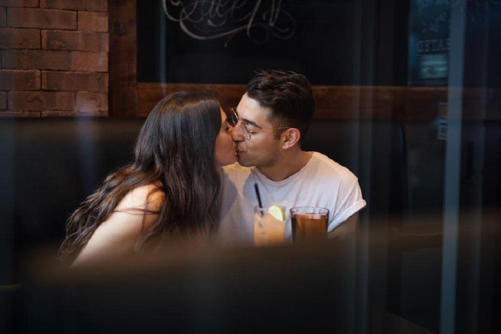 Femme trompant son conjoint
