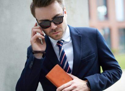 homme d'affaire avec un smartphone Android