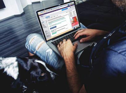 homme faisant du shopping en ligne