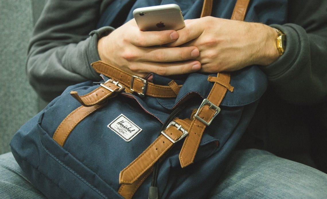 homme utilisant un iphone