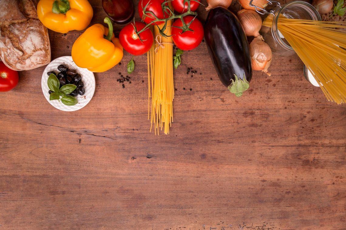 légumes sur un plan de travail
