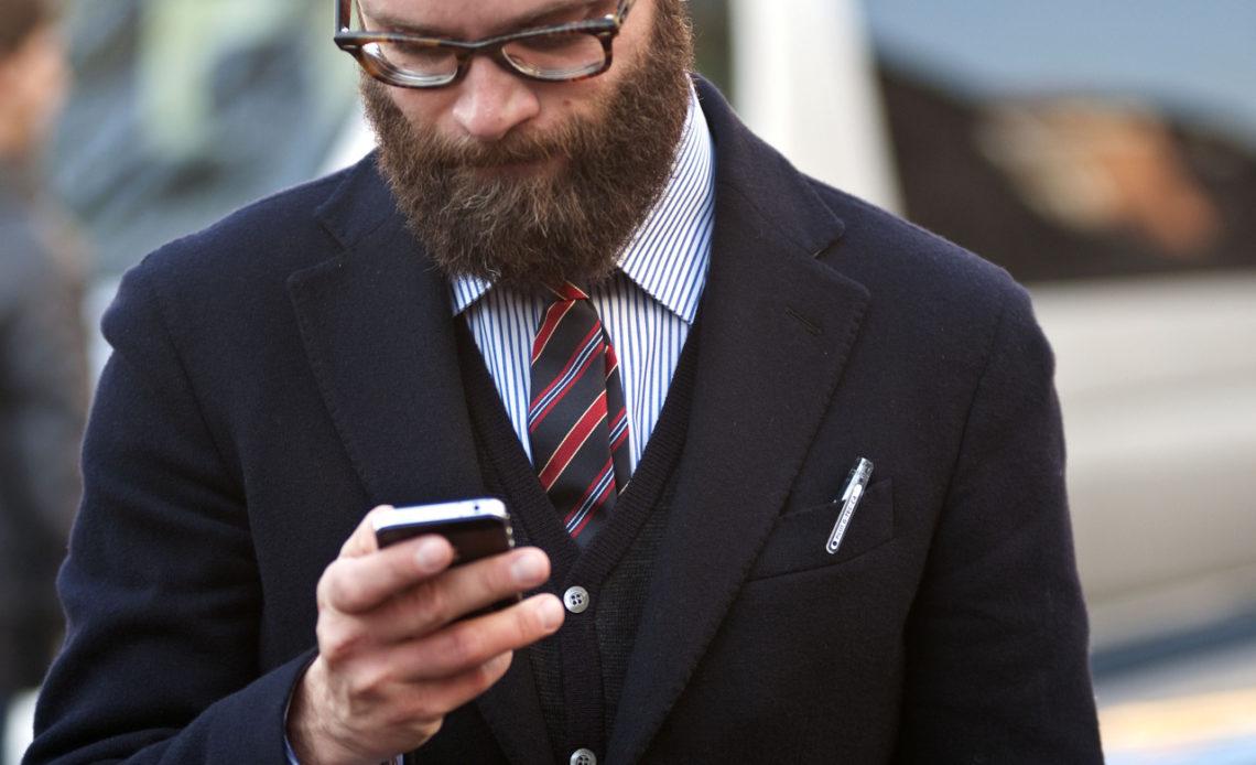 un homme avec un iPhone